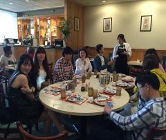 阳光学府的学生跟家长在美国一起聚餐